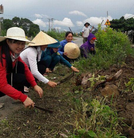 Chị Biên (cầm nón) luôn tích cực vận động hội viên tham gia các công trình, phần việc xây dựng nông thôn mới.